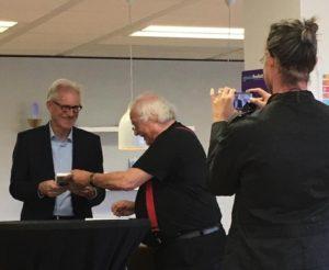 Presentatie 1e exemplaar Dood doet leven door auteur Jeroen Terlingen aan prof. dr. Gerrit van der Wal