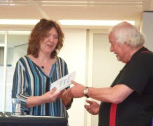 Uitgeefster Marie-Anne van Wijnen overhandigt het eerste exemplaar van Dood doet leven aan auteur Jeroen Terlingen